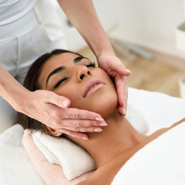 woman-receiving-head-massage-in-spa-wellness-J9S8GXE.jpg